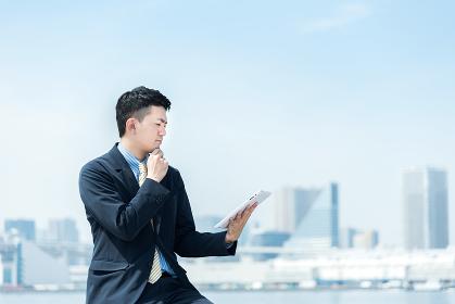 ビジネスイメージ・タブレットPCを持つ男性
