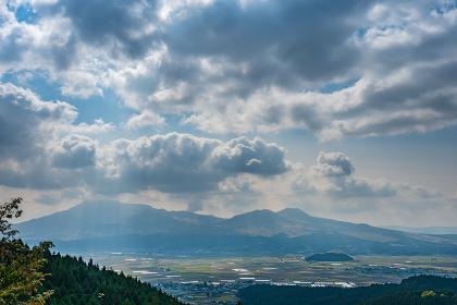 秋のミルクロードから見る阿蘇市街と阿蘇五岳【熊本県】