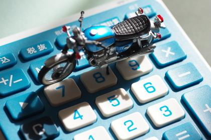 ミニチュアのバイクと電卓