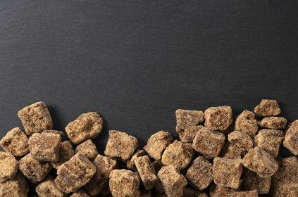 黒い石の背景と黒糖