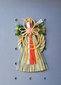 大掃除のあとに玄関に注連飾りを飾る 【日本の正月のイメージ】
