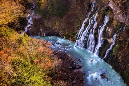 北海道・美瑛町 秋の白髭の滝と青い川の風景