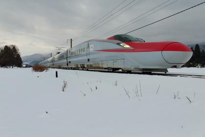 雪原を走る秋田新幹線こまち