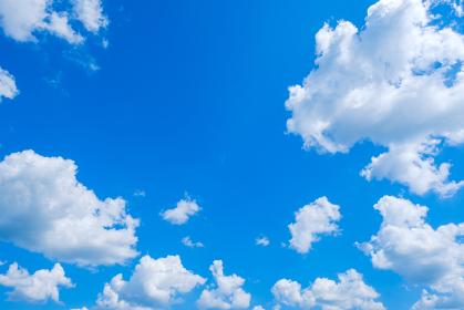 夏の青空 入道雲 背景素材 8月 コピースペース
