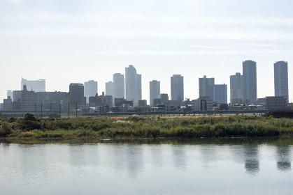 多摩川越しに望む高層ビル群