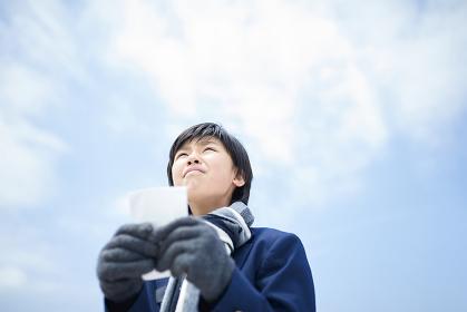 合格発表で緊張している日本人男子中学生