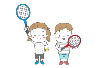 テニスラケットを抱える男の子、ラケットを挙げる女の子