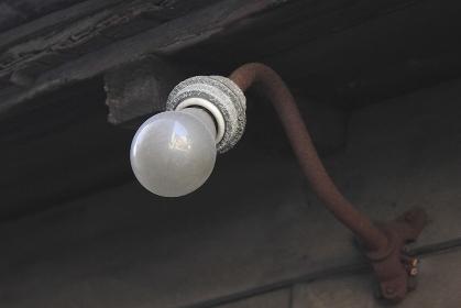 軒下の裸電球