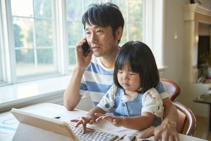 電話をしている日本人の父親
