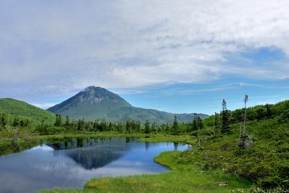 知床 秘境 羅臼湖、二の沼・三の沼より羅臼岳を望む
