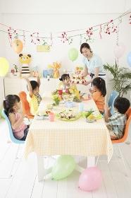 お誕生日パーティーをする子供たち