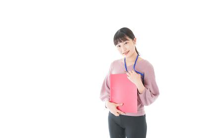 カジュアルウェアで働く若い女性