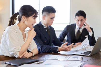 事業戦略について打ち合わせをするビジネスパーソン