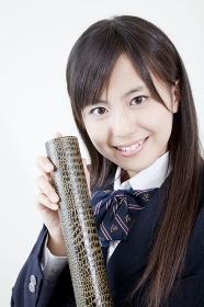 卒業証書を持って微笑む女子高校生