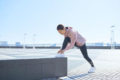 靴紐を結ぶ日本人女性