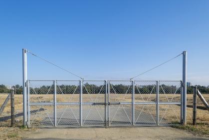 都市の空き地と金属のゲート