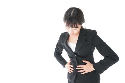 腹痛に苦しむ若いビジネスウーマン