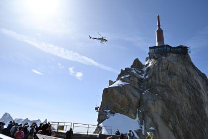 エギーユ・デュ・ミディ展望台改修工事の資材運搬へりに見入る観光客