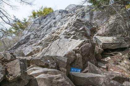乾徳山カミナリ岩の鎖場