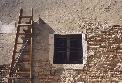 古い壁と脚立
