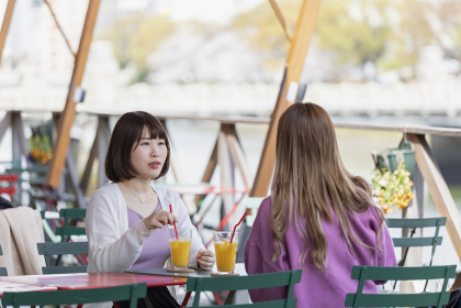 カフェでガールズトークを楽しむ二人
