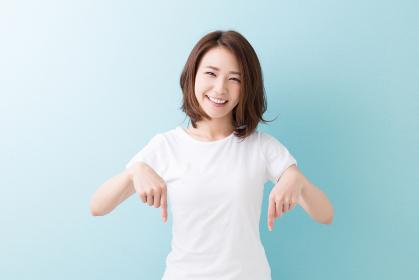 笑顔の女性 指差し おすすめ
