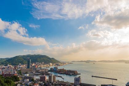 関門海峡の綺麗な夕暮れと門司港の街並み
