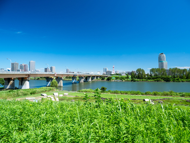 夏の青空と荒川の風景 東京都北区赤羽 埼玉県川口市 8月