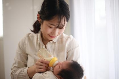 赤ちゃんにミルクを与える母親