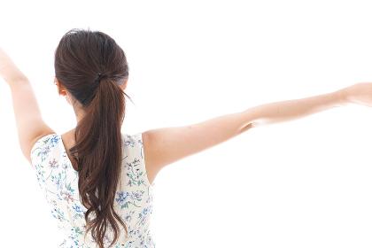 リフレッシュをする若い女性