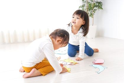 室内で遊ぶ二人の子供