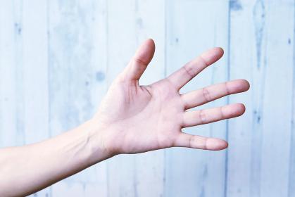 手でパーサインをする女性の手元