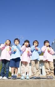 シャボン玉をふく幼稚園児5人