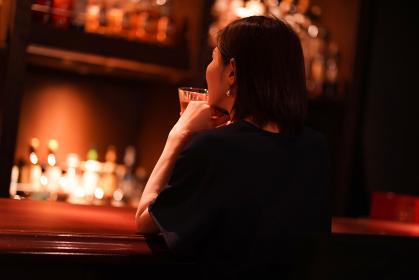 一人でお酒を飲む女性