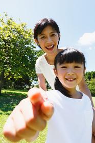 新緑と日本人親子