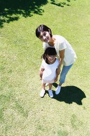 芝生と日本人親子