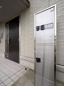 宅配ボックスが設置されたアパートのエントランス