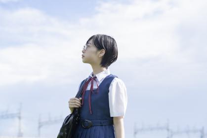 空を見上げる女子高生
