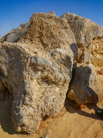 天然水晶のクリスタル原石がびっしり張り付いた岩の塊