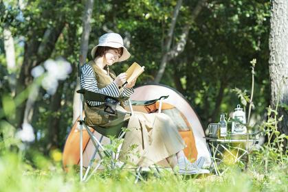ソロキャンプイメージ・本を読む若い女性