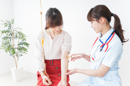 病院で診察を受ける患者とナース