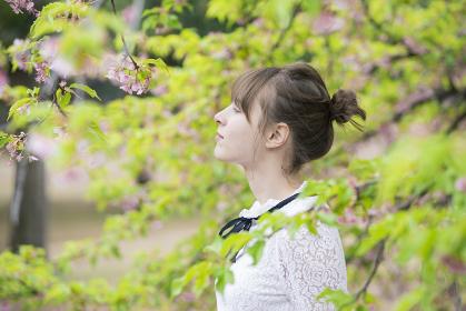 木々に癒される若い女性