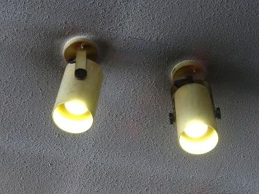 汚れた天井と照明器具