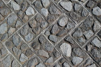 石を埋めたコンクリートブロックでできた土留