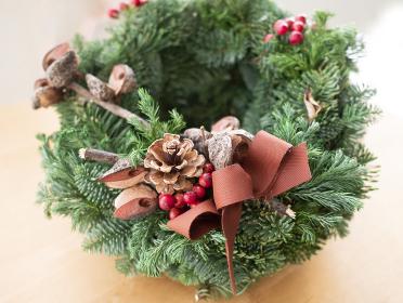 木ノ実とモミの木で作られたナチュラルなクリスマスリース