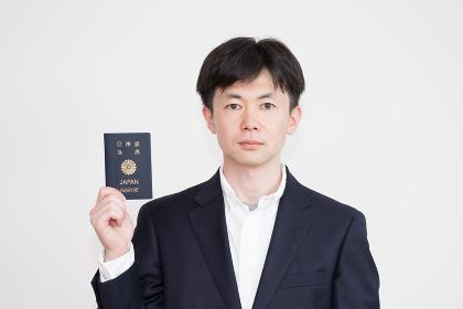 日本のパスポートを手に持つ男性