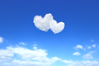 ハート形の雲が浮かぶ青空 2