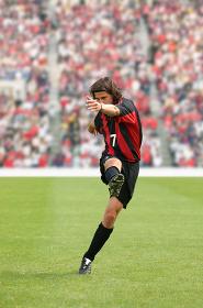キックするサッカー選手