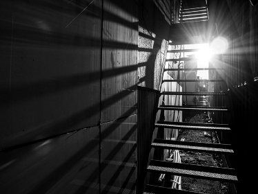 外階段と光
