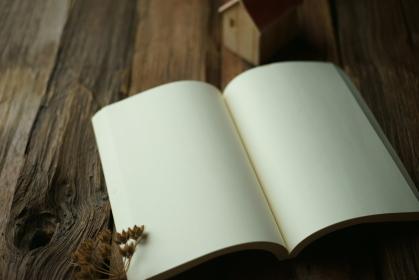 木材の上のノート